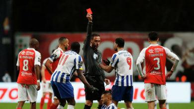 Photo of В Португалии футболистам пришлось толкать заглохшую на поле машину скорой