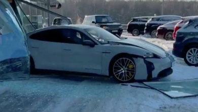Photo of Российский блогер «перепутал педали» и въехал в витрину салона на Porsche
