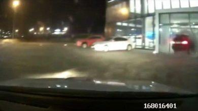 Photo of В Красноярске водитель, уходя от погони, въехал в автосалон